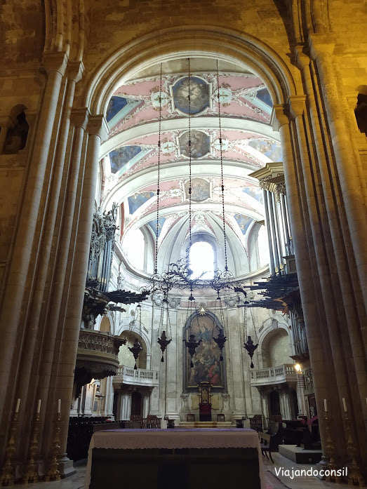 alt=¨Altar de la Catedral de lisboa en el barrio de Alfama¨