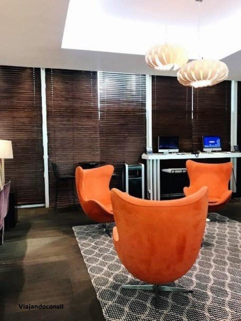 sillones naranjas en salon vip