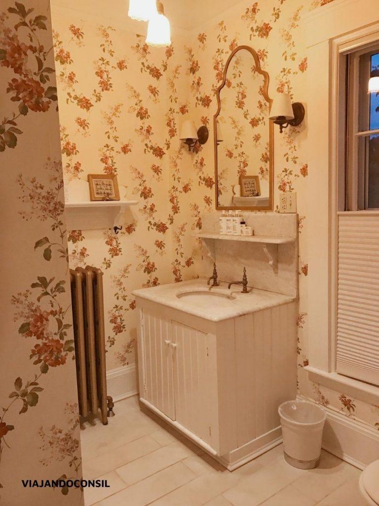 baño floreado con mueble blanco