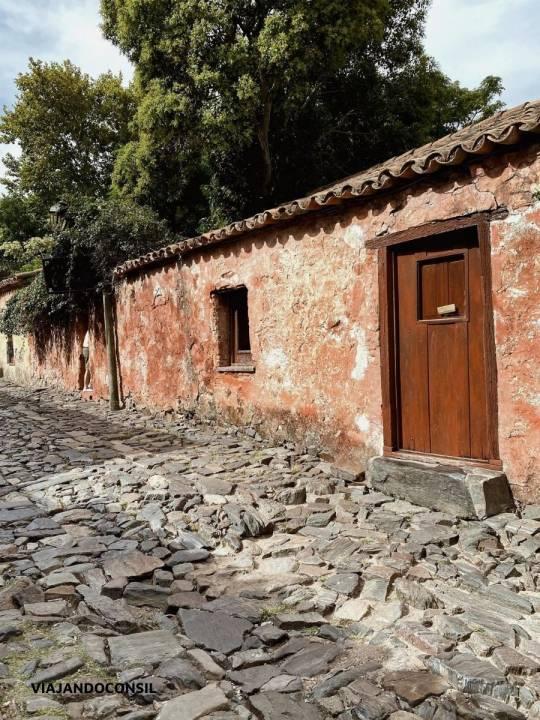 calle con adoquines y casa colonial