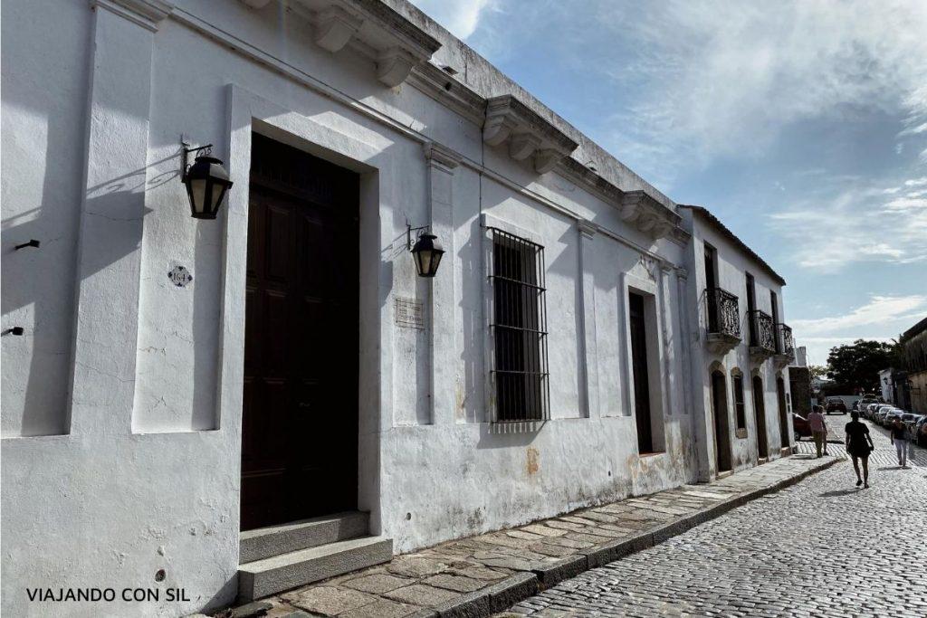 casa colonial blanca y calle adoquinada