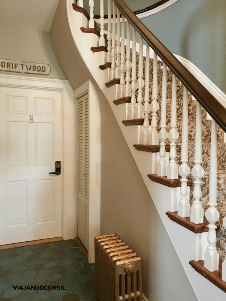 escalera blanca de la posada