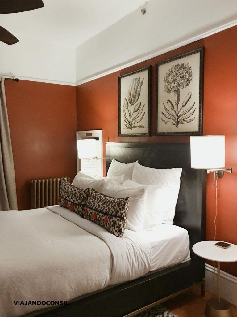 habitación colorada con cama king