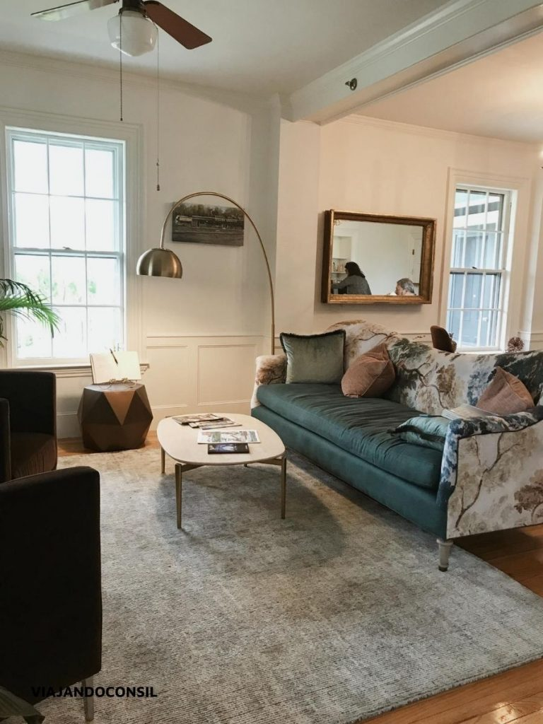 living con una mesa ratona y sillon azul