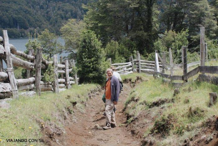 hombres caminando en un sendero de montaña