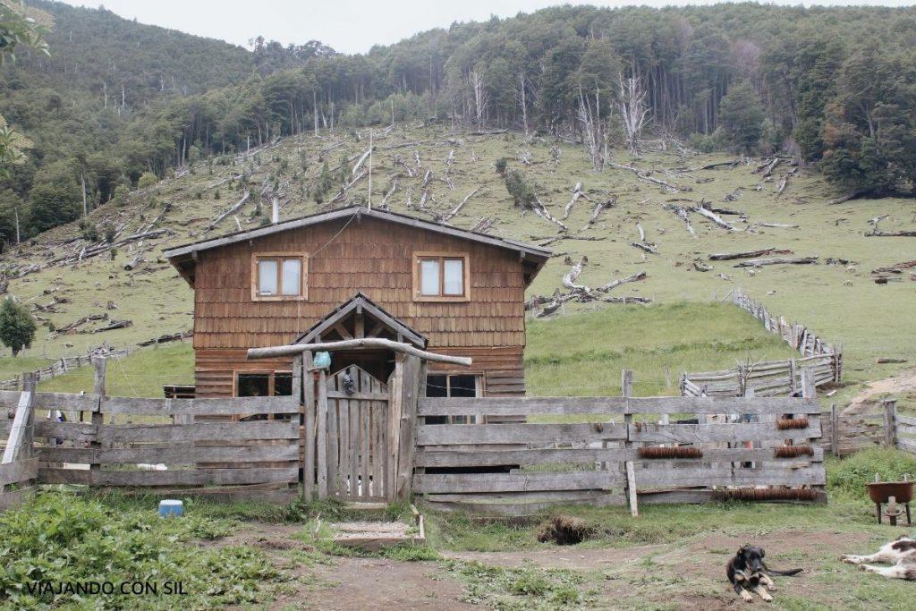 Vivienda de madera en la montaña