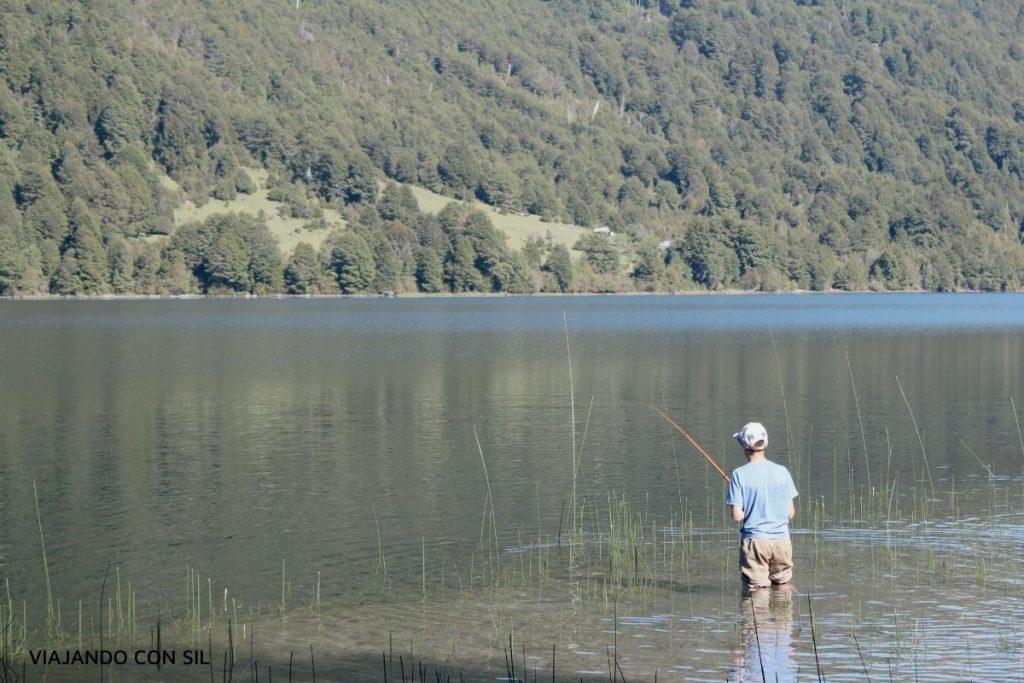 Niño pescando en un lago