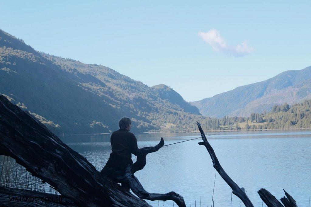 joven pescando frente al lago vidal gormaz