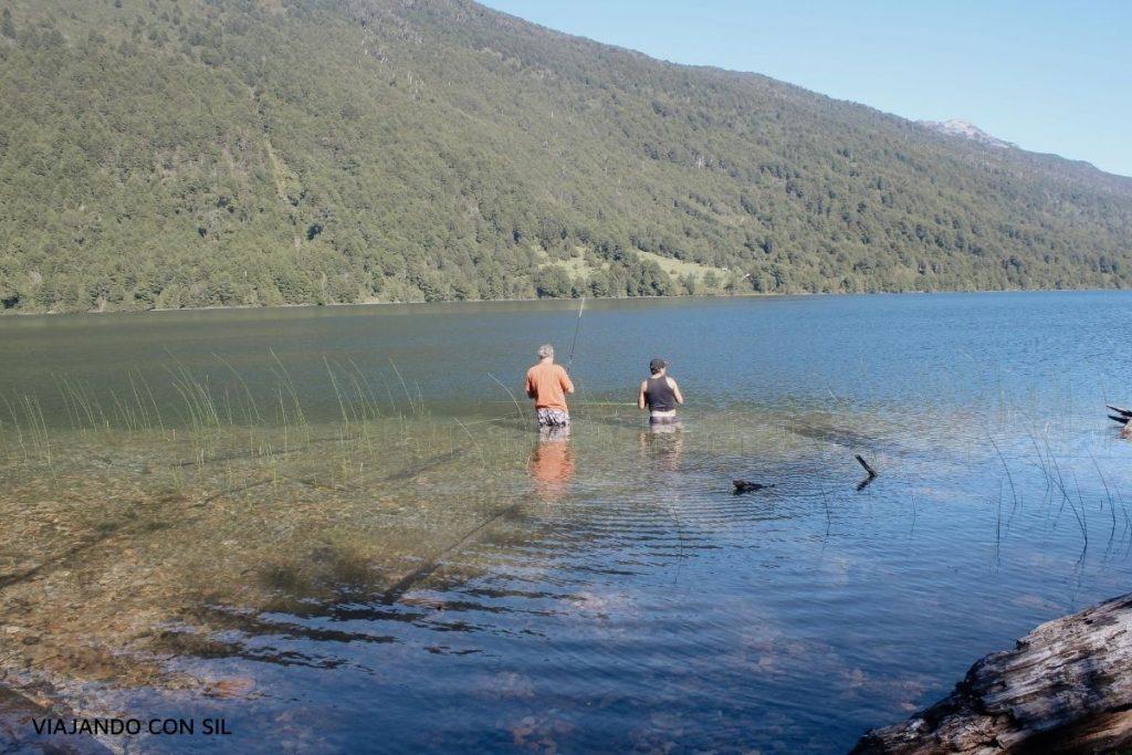 pescadores de mosca en el lago