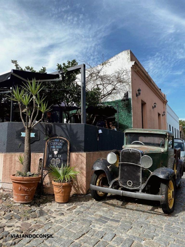 auto antiguo en una equina en colonia