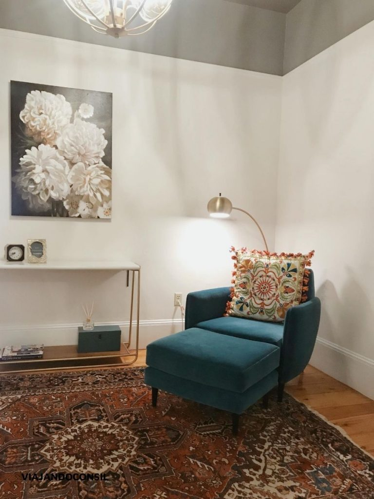 sillon azul con almohadon y lámpara