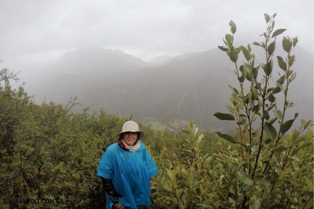 mujer caminando por el bosque en la montaña por Paso El Leon