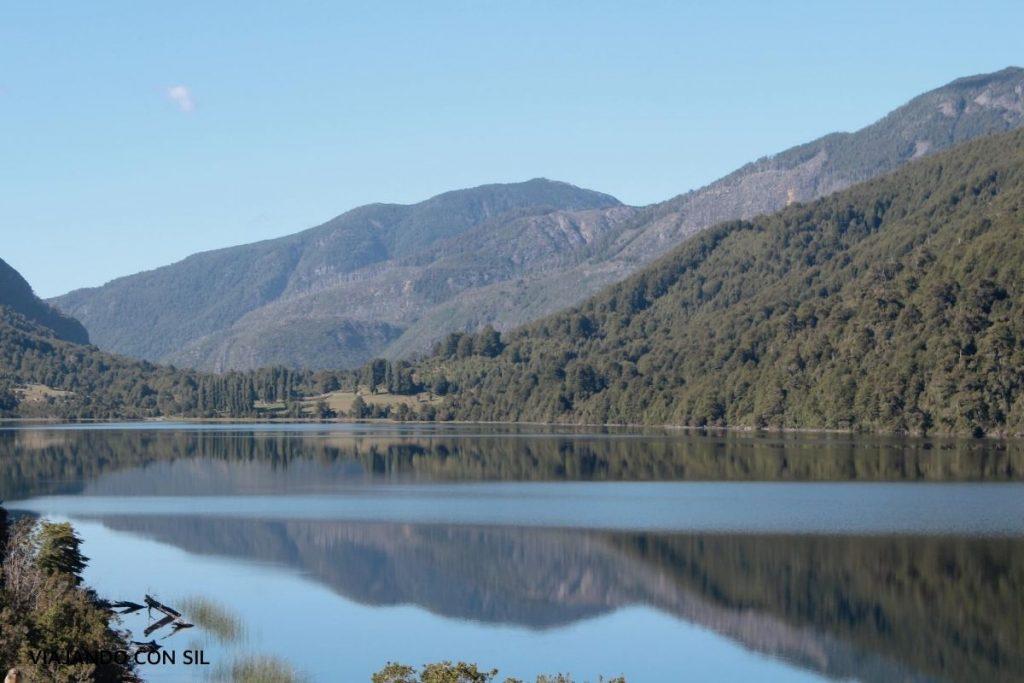 un lago sereno y montañas en chile