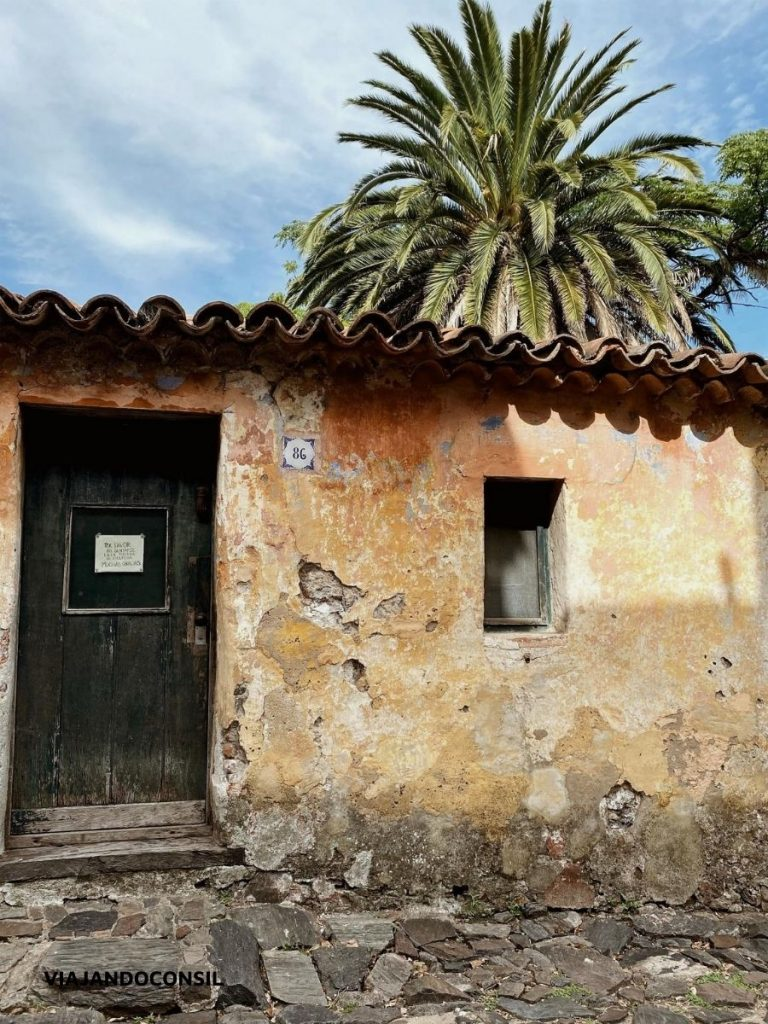 casona antigua y calle adoquinada