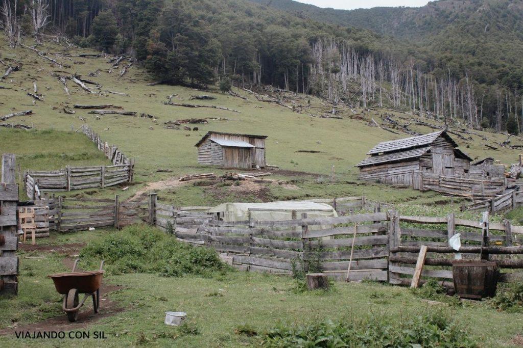 viviendas de madera en una montaña